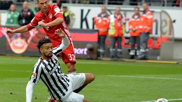 Joshua Kimmich z Bayernu Mnichov (v červeném) pálí proti Frankfurtu.