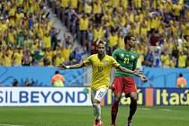 Neymar z Brazílie se raduje z gólu proti Kamerunu.