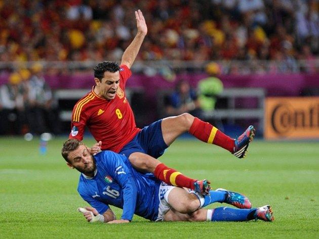 Xavi Hernadez ze Španělska (vpravo) a Daniele De Rossi.