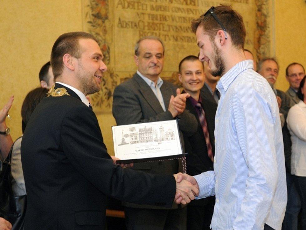 Brankář Marek Mazanec a primátor Plzně Martin Baxa.