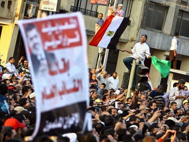 Demonstranti protestující proti posilování pravomocí egyptského prezidenta Muhammada Mursího.
