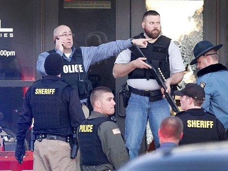 Kansasští policisté na místě střelby.