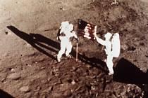 Američtí astronauti Buzz Aldrin a Neil Armstrong při první misi Apollo 11 v roce 1969.