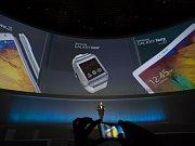 """Samsung Electronics jako první z technologických gigantů představil svou verzi """"chytrých"""" náramkových hodinek."""
