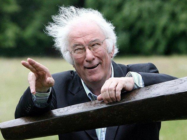 Irský básník a dramatik Seamus Heaney.