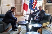 Francouzský prezident Emmanuel Macron (vlevo) a britský premiér Boris Johnson během schůzky v  Elysejském paláci v Paříži