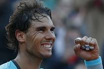 Rafael Nadal se raduje z postupu do semifinále Roland Garros.