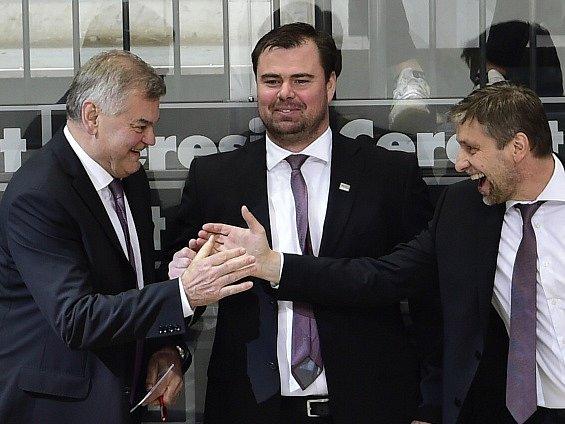 Zleva Vladimír Vůjtek, Jaroslav Špaček a Josef Jandač se radují na české střídačce.
