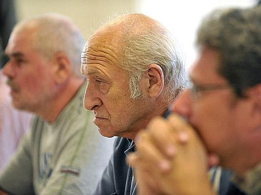 Schůzka vědců, ekologů a samosprávy ve věci kácení kůrovcem napadených smrků na Šumavě, kterou svolal ředitel Národního parku Šumava Jan Stráský (na snímku uprostřed), se konala v Modravě na Klatovsku.