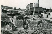 Výstavba elektrárny Hodonín (50. léta 20. století) - začátek stavby cihelného komína K4 102m v roce 1955. V pozadí betonárka, která sloučila po celou stavbu EHO v letech 1952-1958.
