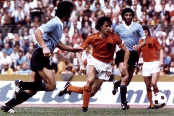 Johan Cruyff vdresu Nizozemska (uprostřed).