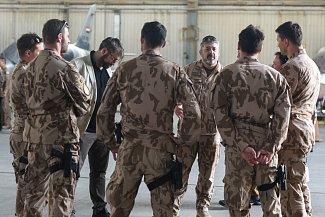 Generál Aleš Opata v rozhovoru s vojáky českého leteckého týmu v Iráku.
