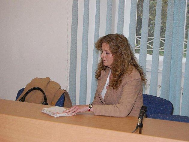 EVA HEŘMANOVÁ z Klatovska, která podle obžaloby napadla několik pedagogů a zranila je, před klatovským soudem.