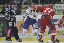 Zápas Brna se Slavií nabídl i bitku mezi Kanaďanem ve službách Komety Ryleym Millerem (uprostřed) a Davidem Štichem.
