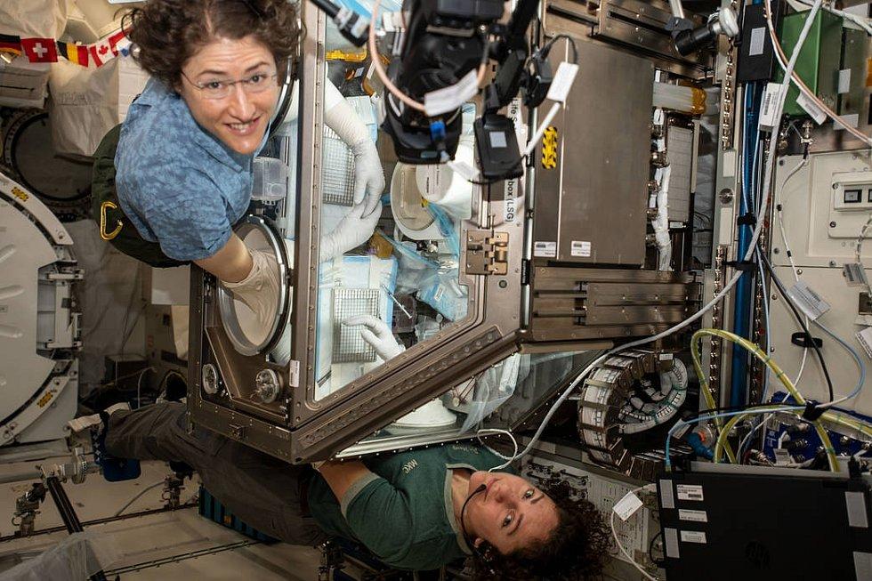 Astronautky Christina Kochová (nahoře) a Jessica Meirová při práci na Mezinárodní vesmírné stanici. Tyto dvě ženy uskutečnily první čistě ženský spacewalk v dějinách.