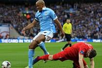 Finále Ligového poháru mezi Liverpoolem a Manchesterem City: James Milner (na zemi) a Vincent Kompany