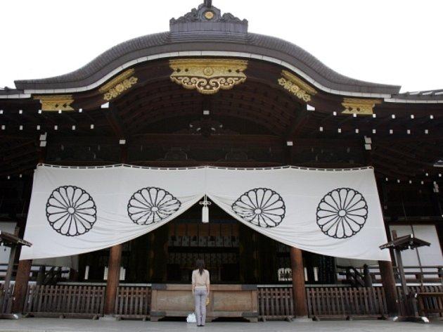 Kontroverzní šintoistická svatyně Jasukuni v Tokiu, která je zasvěcena Japoncům padlým ve válkách 19. a 20. století a kde jsou i urny popravených válečných zločinců.
