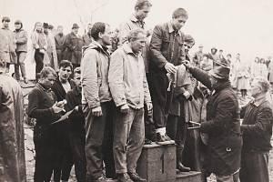 Jiří Lukšíček a jeho kamarád z jáchymovských lágrů Jiří Bláha na stupni vítězů při závodu při Závodu tří řek v roce 1965.