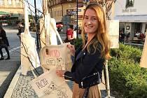 Kateřina Váchová z Hluboké nad Vltavou chce chránit přírodu a zvířata. Proto loni založila organizaci The Colourful World (Pestrobarevný svět), která nabízí ekologicky přátelské produkty. Zároveň založila YUGA Platform, která nabízí hodiny jógy přes aplik