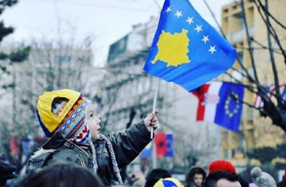 """""""Když jsi sledovala Manchester United nebo Albánii, plakala jsi stokrát. Dnes večer pro svou malou zemi klidně vyplač srdce štěstím, protože odteď už potečou pouze slzy radosti. Přežili jsme, utrpení je u konce."""" Kosovská fanynka líčí slova své matky"""
