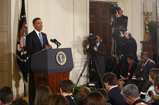 Barack Obama na tiskové konferenci ve Washingtonu u příležitosti 100 dní ve funkci prezidenta USA.