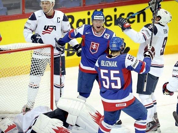 Slováci Bližňák s Bartovičem se radují z gólu do sítě USA.