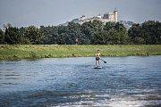 Pardubické léto na břehu řeky Labe. Díky sportovnímu parku na řeku s kouzelným výhledem na hrad Kunětická hora vyráží více plavců na loďkách či paddleboardech.