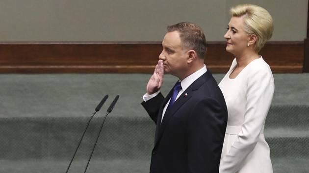 Polský prezident Andrzej Duda skládá slib. Vpravo je jeho manželka Agata Kornhauserová-Dudová