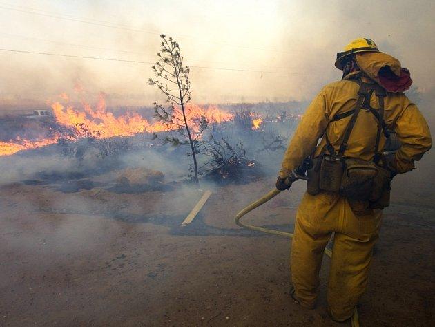Hasič zápolí s ohněm v Kalifornii.