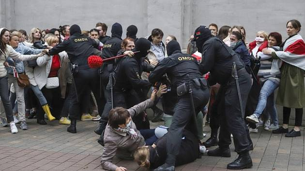 Policisté zasahují proti protestujícím v Minsku.