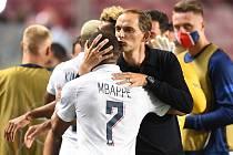 Radost. Trenér Paris St. Germain Thomas Tuchel se raduje z postupu do semifinále Ligy mistrů s Kylianem Mbappéem