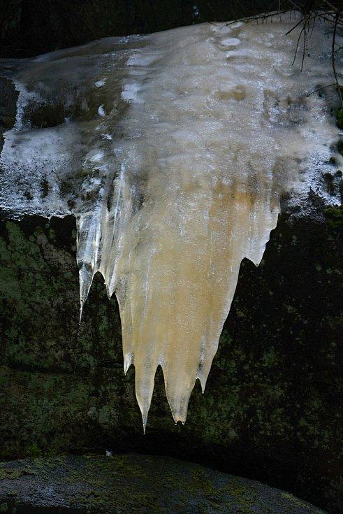Pulčínské ledopády lákají každoročně na neobvyklou podívanou. Lidé je berou útokem a nerespektují pravidla CHKO Beskydy. 5. února 2021 byla přístupová cesta zledovatělá.