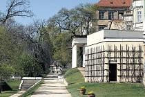 POHLED NA RAJSKOU ZAHRADU PRAŽSKÉHO HRADU. Současno podoba slunečné Jižní zahrady je dílem architekta Plečnika.