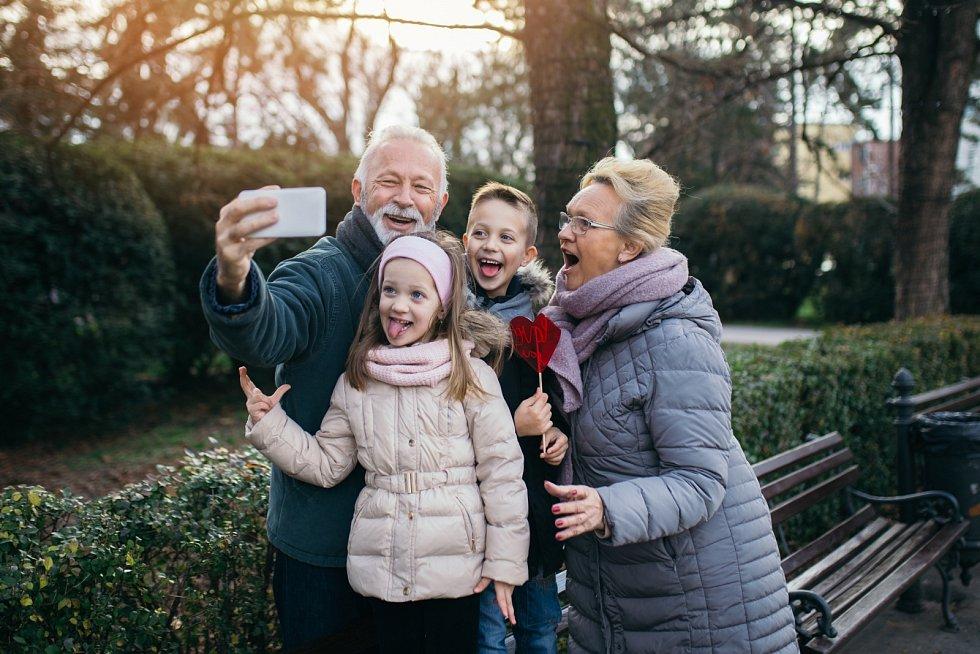 Někdy jsou prarodiče okolnostmi donuceni zopakovat si roli rodiče. Nejčastěji k tomu dojde v případě úmrtí rodičů nebo jejich neschopnosti postarat se.