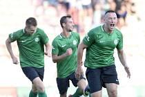 Miroslav Slepička z Příbrami (vpravo) se raduje se spoluhráči z gólu.