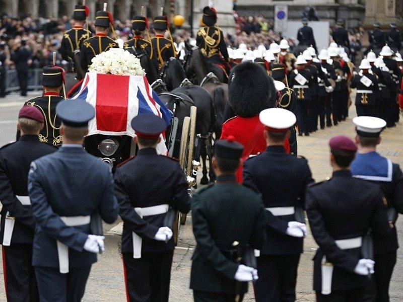 Slavnostní pohřební průvod - na lafetě, kterou veze osmispřeží, je umístěna rakev s ostatky Margaret Thatcherové.