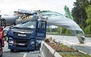 Pád větrné elektrárny na dálnici u Bielefeldu
