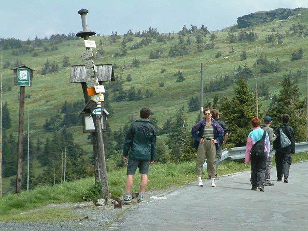 Turisté pod nejvyšší horou Jeseníků - Pradědem