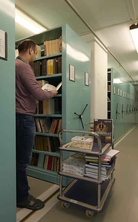 Archiváři při práci.