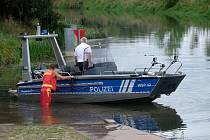 Policisté na německé říčce Unstrut pátrají po krokodýlovi, jehož výskyt zde hlásili občané, 29. srpna 2020