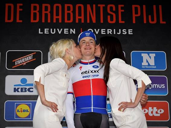 Petr Vakoč si po triumfu v Brabantském šípu vychutnal šampaňské i polibky