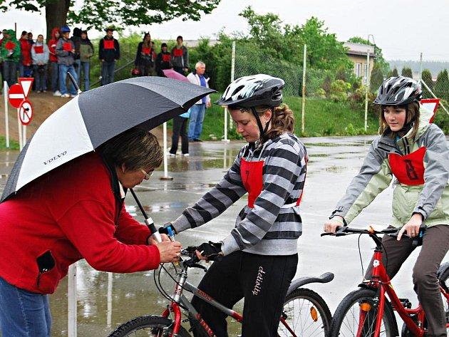 Jako zkoušky v jízdě na vodě vypadala chvílemi dopravní soutěž mladých cyklistů, která se konala v pátek 14. května 2010 ve Vejprnicích na Plzeňsku. V mladší kategorii dopadla nejlépe výprava ZŠ Pernarec, ve starší kategorii zvítězili domácí borci.