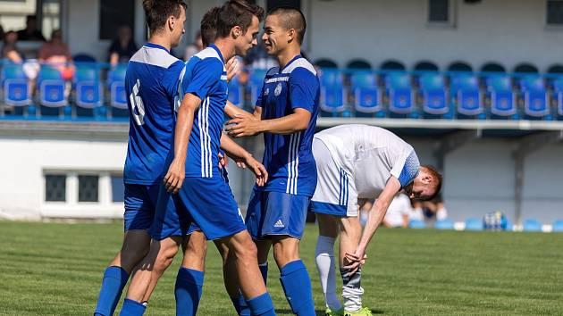Fotbalisté Velvar (v modrém) zažili po cestě na zápas zvláštní příhodu...