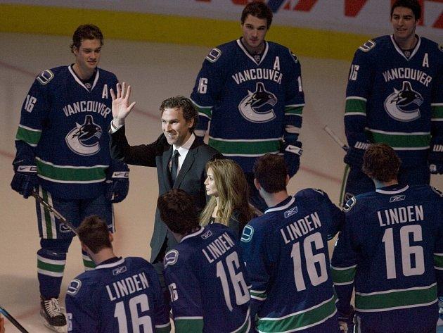 Vancouver Canucks se slavnostně rozloučili se svým dlouholetým kapitánem Trevorem Lindenem (v civilu). U stropu haly byl vyvěšen jeho dres s číslem 16.