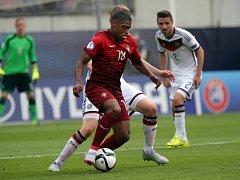 """Fotbalisté Portugalska (v červeném) proti Německu v semifinále ME """"21""""."""
