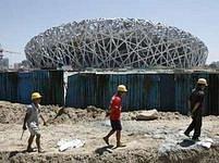 Dělníci poblíž Ptačího hnízda.