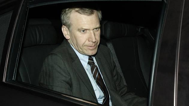 Belgický premiér Yves Leterme odjíždí ze schůzky s králem. Řekl mu, že je připraven podat demisi.
