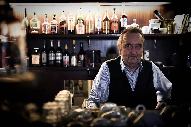 Vídeňská kavárenská kultura je už deset let na seznamu světového dědictví UNESCO. Na návštěvě v legendárním podniku Café Hawelka. Rodina majitelů má kořeny v Brně. Na snímku Günter Hawelka.