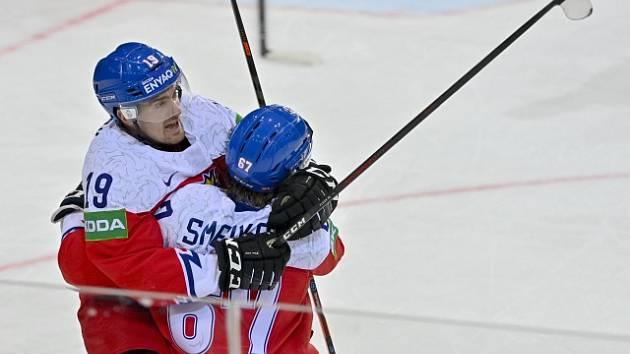 Jakub Flek (19) slaví s Jiřím Smejkalem svůj gól proti Švédsku.
