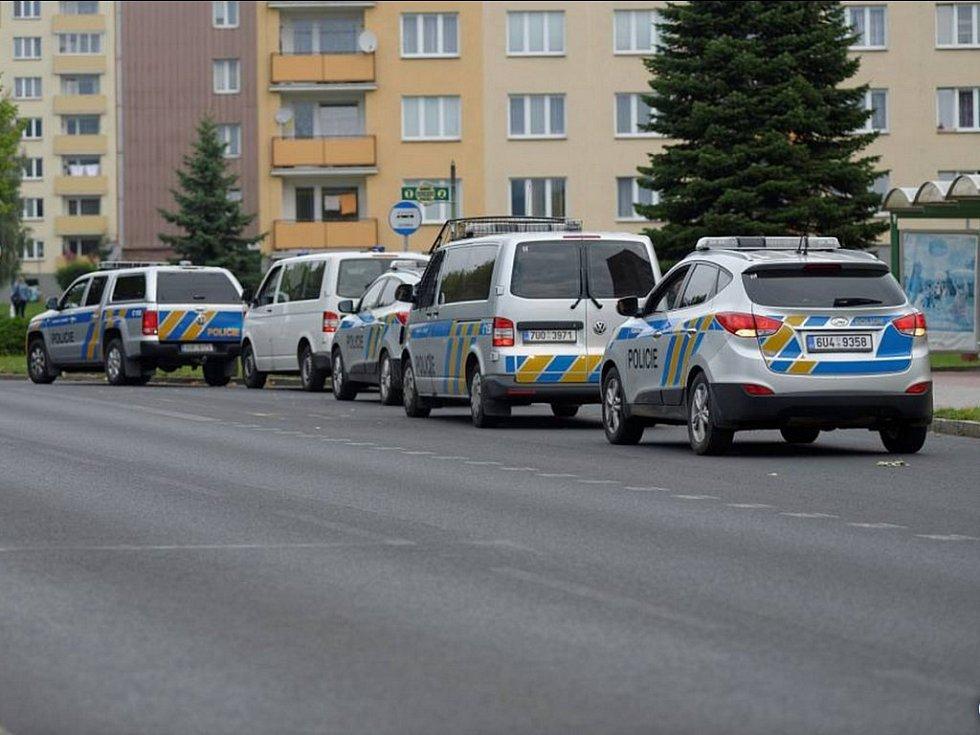 V Klášterci policisté od rána vyslýchali osoby z dívčina okolí, shromažďují poznatky a vyhodnocují informace, jež by mohly vést ke zjištění pachatele.